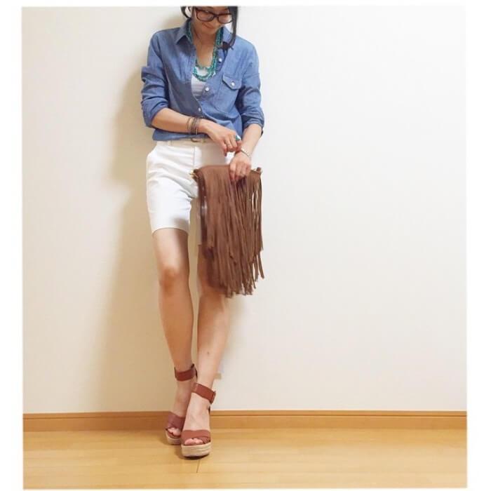デニムシャツ×白ショートパンツのコーデ画像