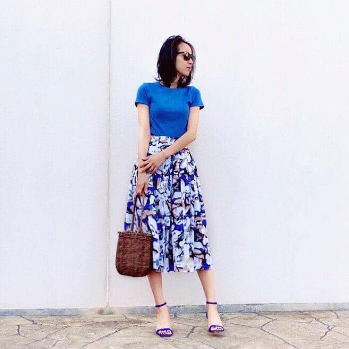 青トップス×同色花柄フレアスカートのコーデ画像