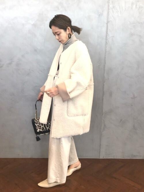 白ロングムートンコート×白ワイドパンツのコーデ画像