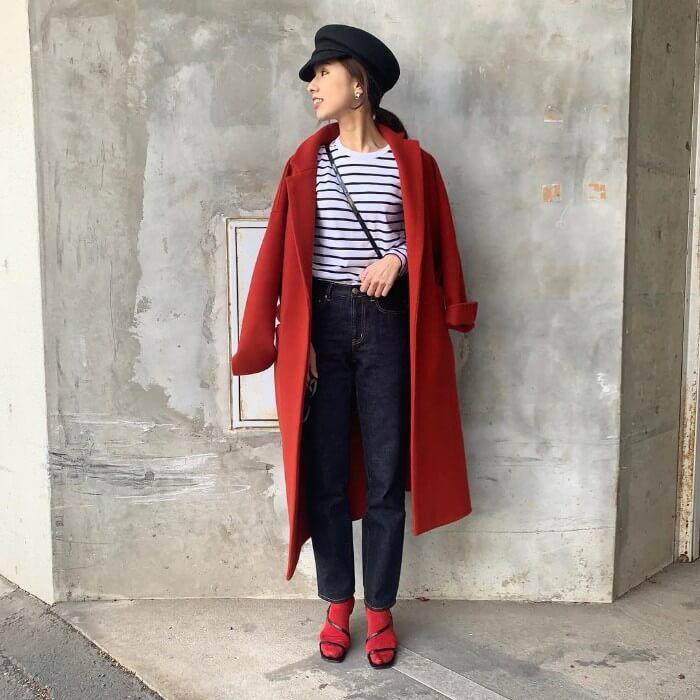 赤コート×黒キャップのコーデ画像
