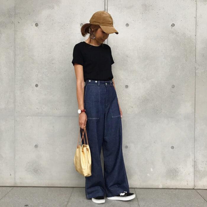 ベージュキャップ×黒Tシャツ×デニムワイドパンツの春夏コーデ画像