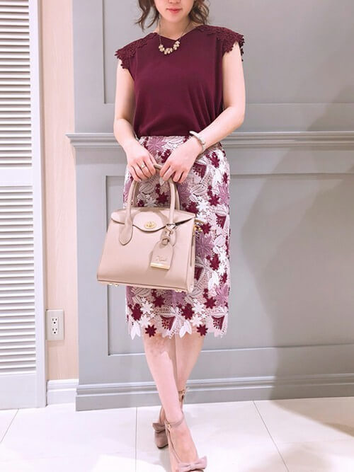 ピンクレーススカートとピンクベージュのリボン付きパンプスのコーデ画像