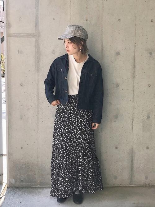 柄キャップ×デニムジャケット×小花柄スカートの帽子コーデ画像