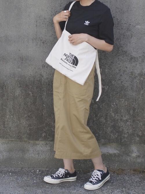 黒Tシャツ×ベージュタイトスカートのコーデ画像