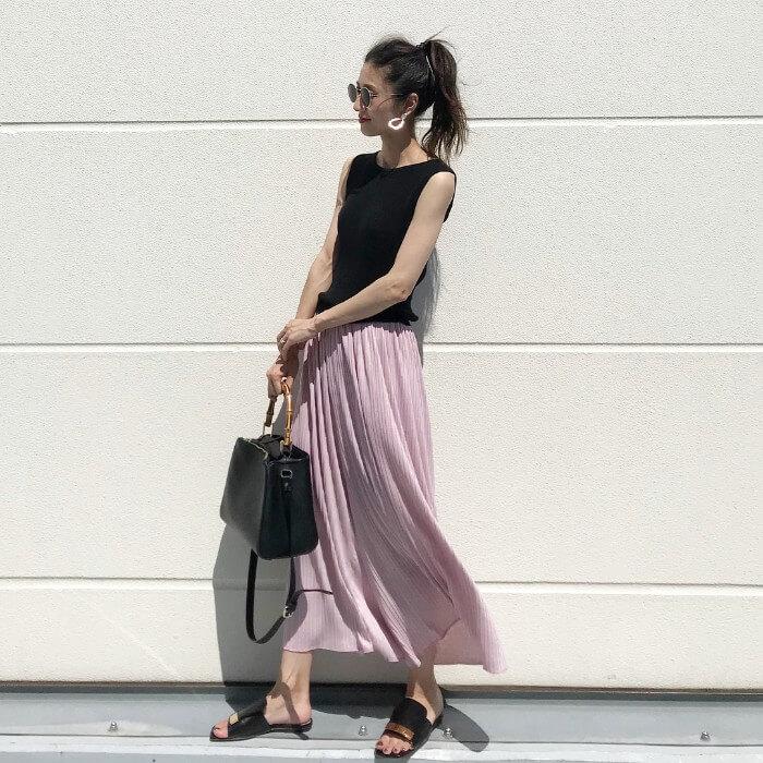ピンクロングプリーツスカート×黒サンダルのコーデ画像