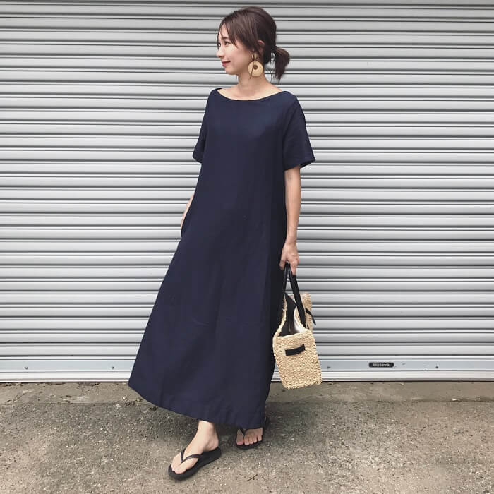 紺×半袖リネンワンピースのフレンチカジュアルコーデ画像