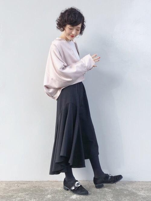 モノトーンコーデ×ピンクサテンの変形ブルゾンのコーデ画像