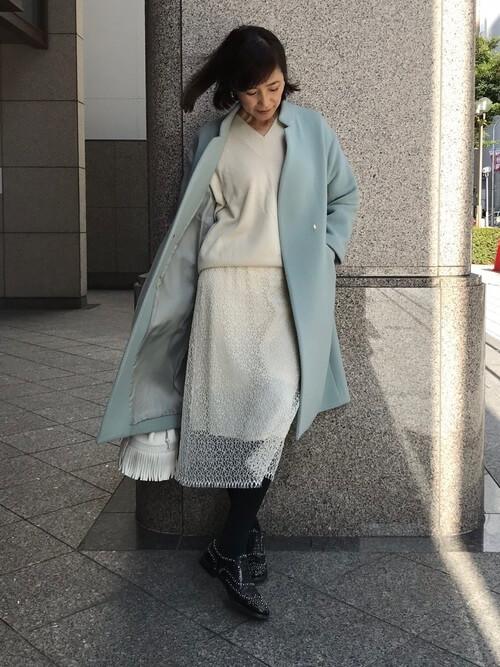 白レーススカート×きれい色コートのコーデ画像