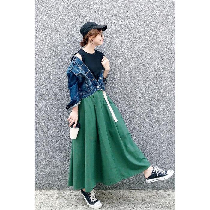 緑のマキシ丈フレアスカート×80年代風カジュアルのコーデ画像