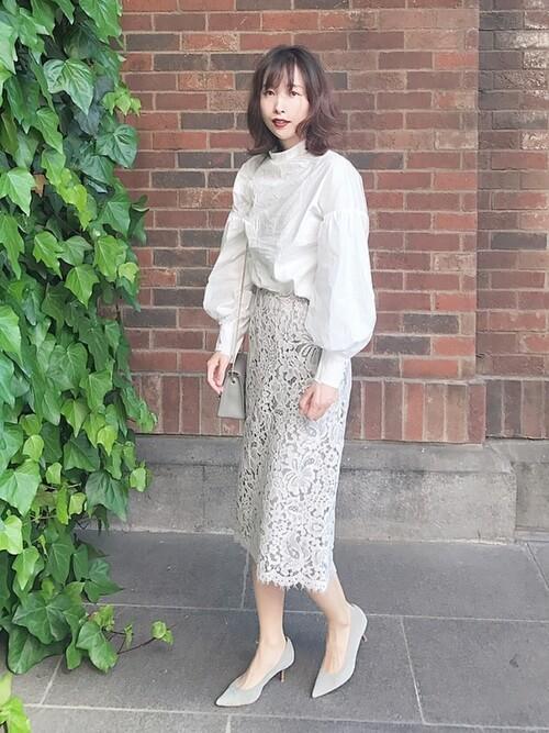白ブラウス×ライトグレーレースタイトスカートのコーデ画像