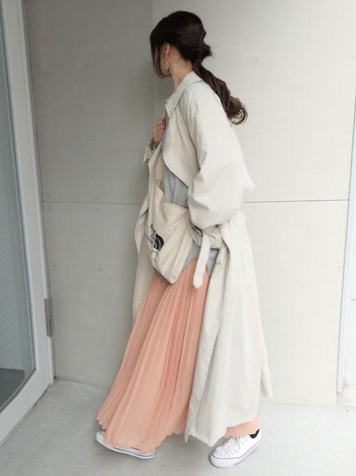 白のトレンチコートとサーモンピンクのシフォンスカートのコーデ画像