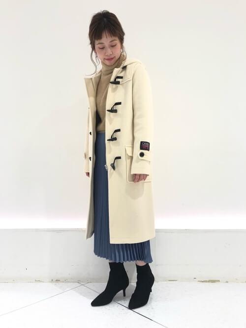 ロング丈白ダッフルコート×ブループリーツスカート×黒ショートブーツのコーデ画像