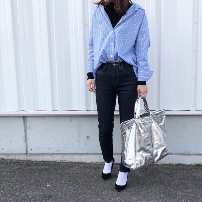 ビッグシルエット青シャツ×デニムのコーデ画像