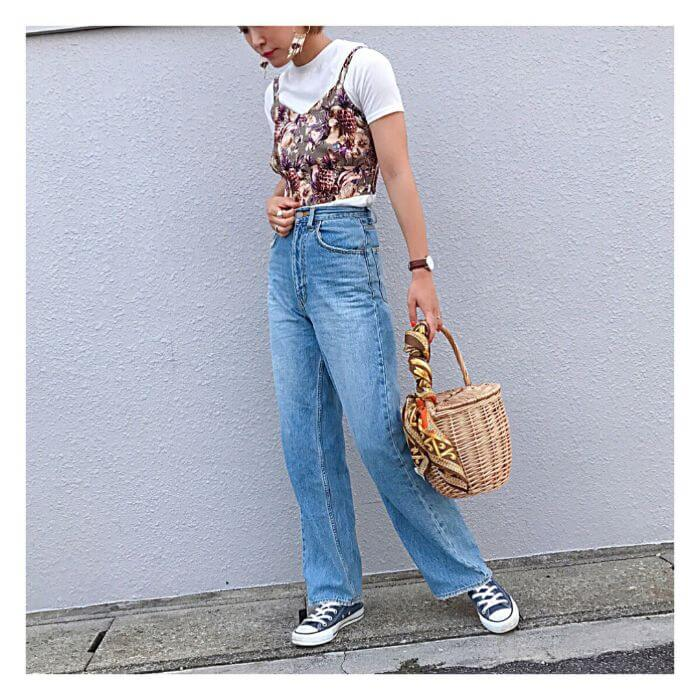 白Tシャツ×花柄キャミソールを重ね着したレイヤードコーデ画像