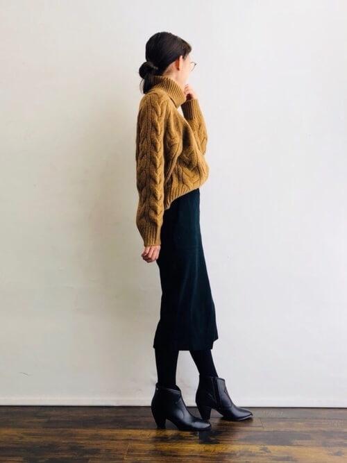 ざっくりニットとブラックのタイトスカートとショートブーツのコーデ画像