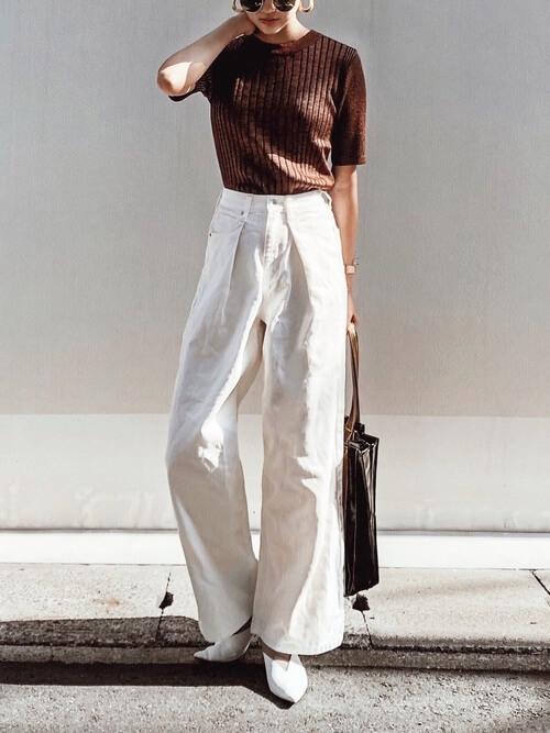 ブラウンTシャツ×白デニムワイドパンツのコーデ画像