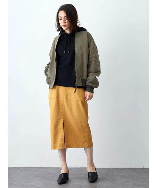 カーキブルゾン×イエロータイトスカートのコーデ画像