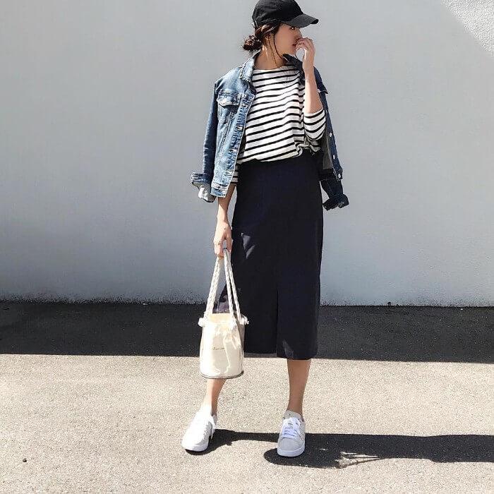 黒キャップ×ボーダーTシャツ×黒タイトスカートの春夏コーデ画像