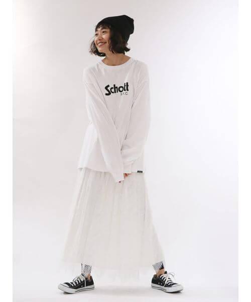 白スウェット×白レースフレアスカートのコーデ画像