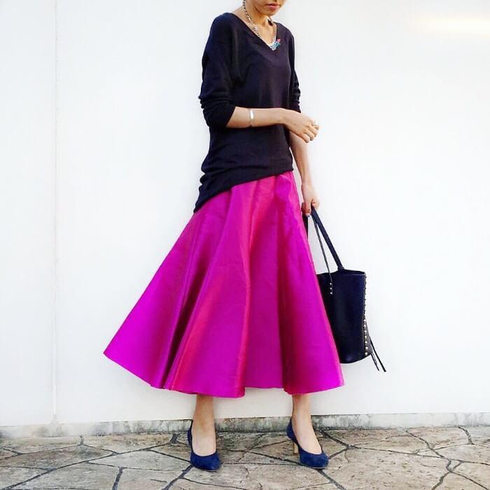 ブルーパンプス×ビビッドピンクロングスカート