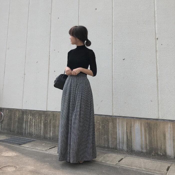 マキシ丈のフレアスカート×黒のハイネックトップスのコーデ画像