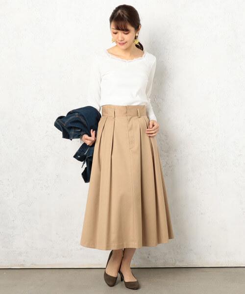 白リブニット×ベージュボックススカートのコーデ画像