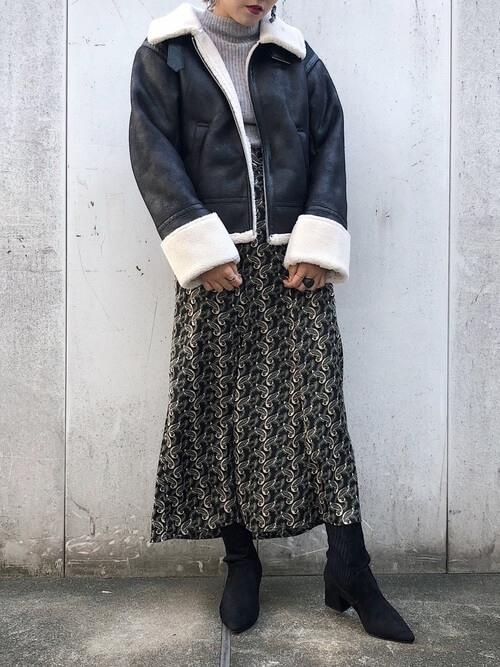 ショート丈ムートンコート×柄スカートのコーデ画像