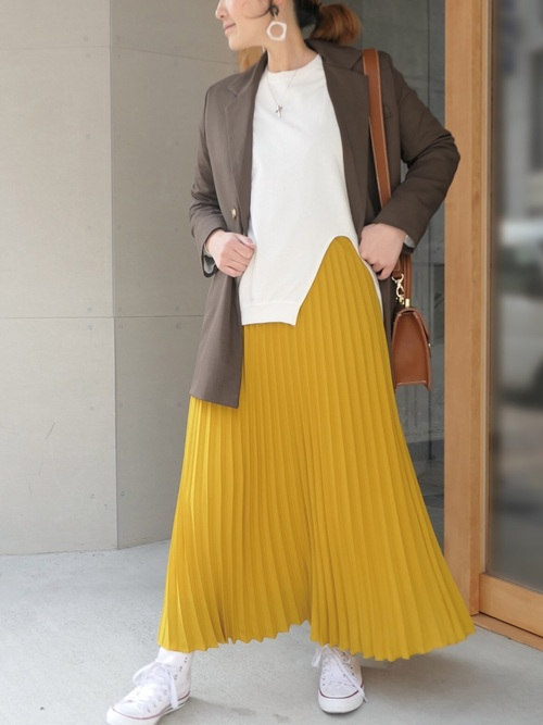 ブラウンテーラードジャケット×イエロープリーツスカートのコーデ画像