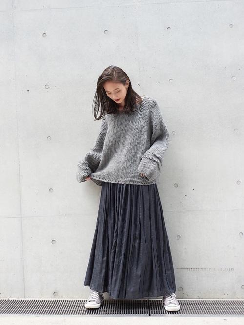ざっくりグレーニット×黒ロングスカートのコーデ画像