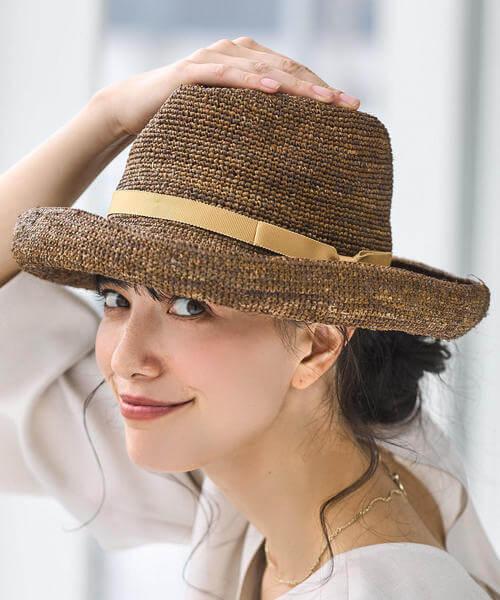 中折れ帽のかぶり方の画像