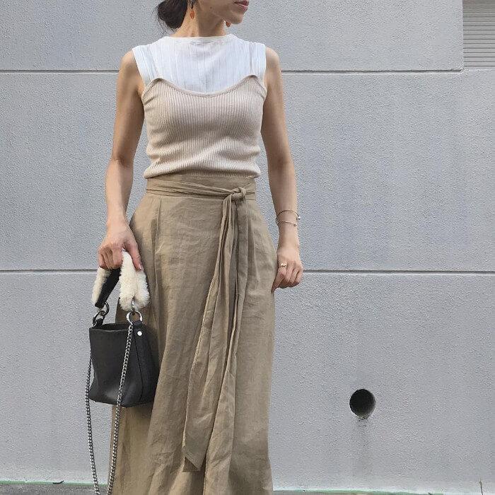 ベージュニットキャミソール×ベージュスカートのコーデ画像