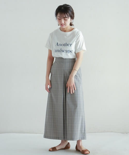 Tシャツと×グレーボックススカートのコーデ画像