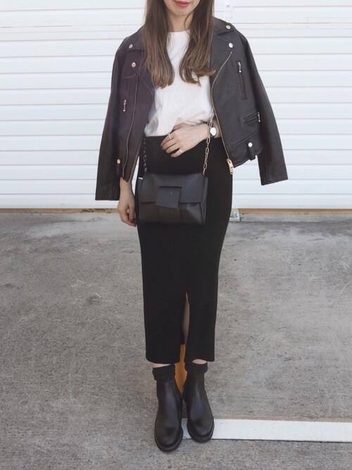 ライダースジャケット×白T×黒タイトスカートのコーデ画像