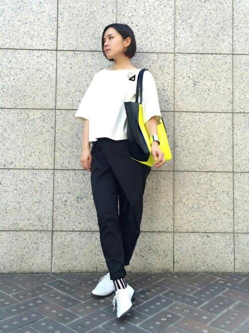 Tシャツ×黒パンツ×ストライプシースルーソックスのコーデ画像