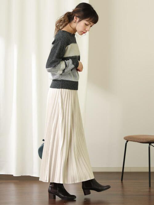 グレーボーダーニット×白プリーツスカートのコーデ画像