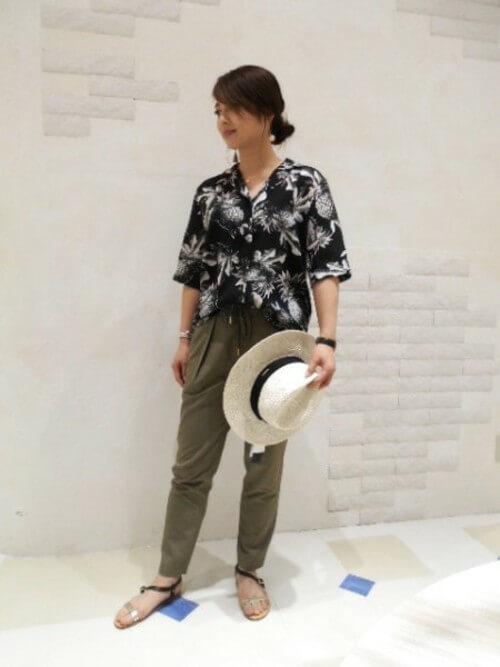 ビッグシルエットなアロハシャツとテーパードパンツのコーデ画像