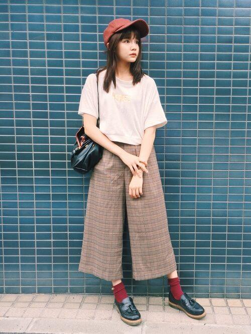 黒タッセルローファー×赤靴下×ガウチョパンツの靴下コーデ画像