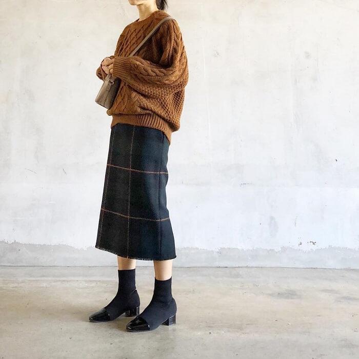 ブラウンニット×ネイビーチェックタイトスカートのコーデ画像