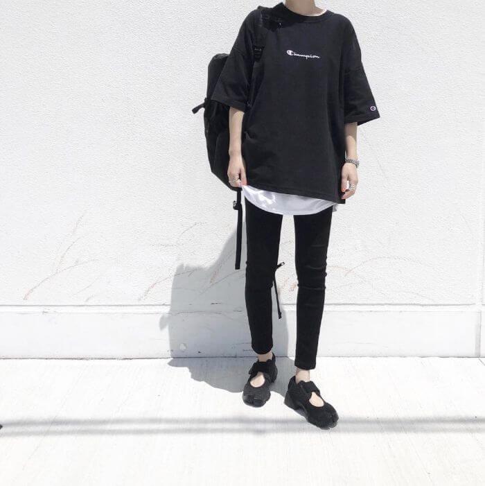 黒Tシャツ×白Tシャツを重ね着したレイヤードコーデ画像