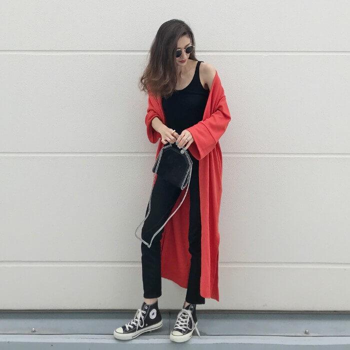 赤カーディガン×黒タンクトップ×黒スキニーのコーデ画像