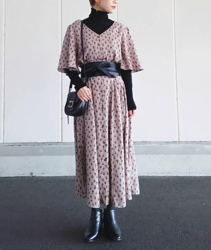 五分袖花柄ワンピース×黒タートルのコーデ画像