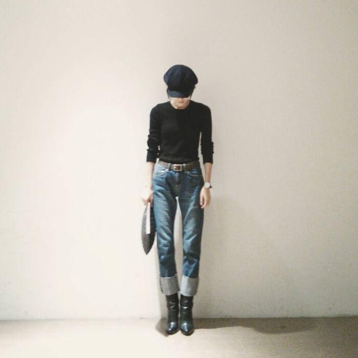 ロールアップデニム×黒ブーツのコーデ画像