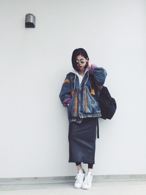 白スタンスミス×ネイビーロングタイトスカートのコーデ画像