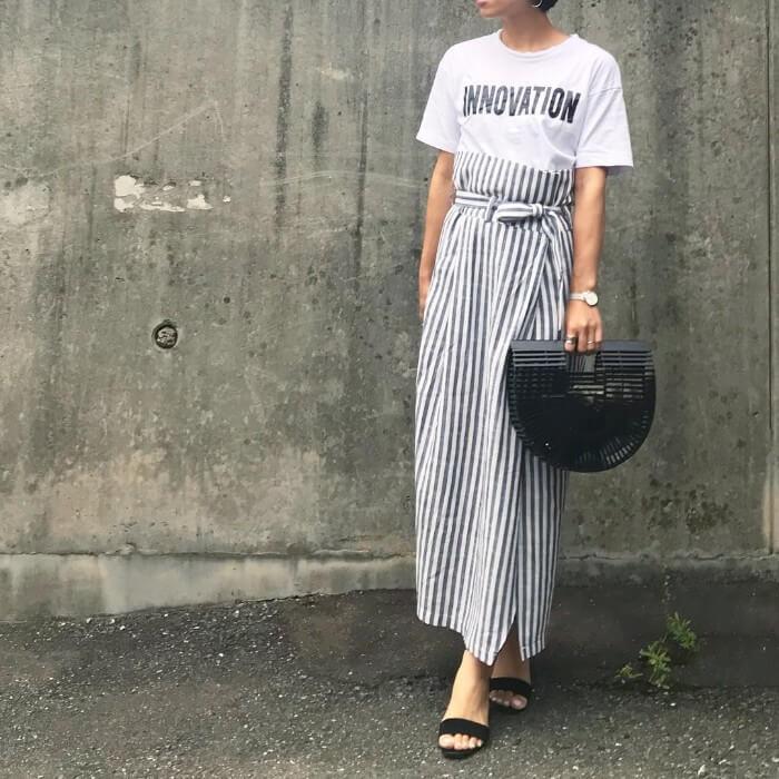 柄タイトスカートと白Tのコーデ画像