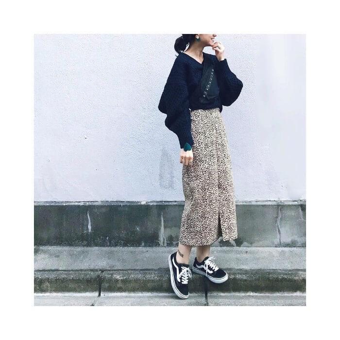 黒Vニット×レオパード柄ロングスカートのコーデ画像