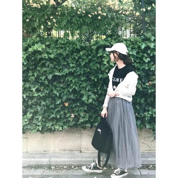 グレーのチュールスカート×黒T&白カーディガンのコーデ画像