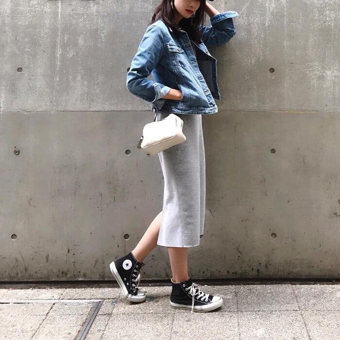 グレースウェットタイトスカートとデニムジャケットのコーデ画像