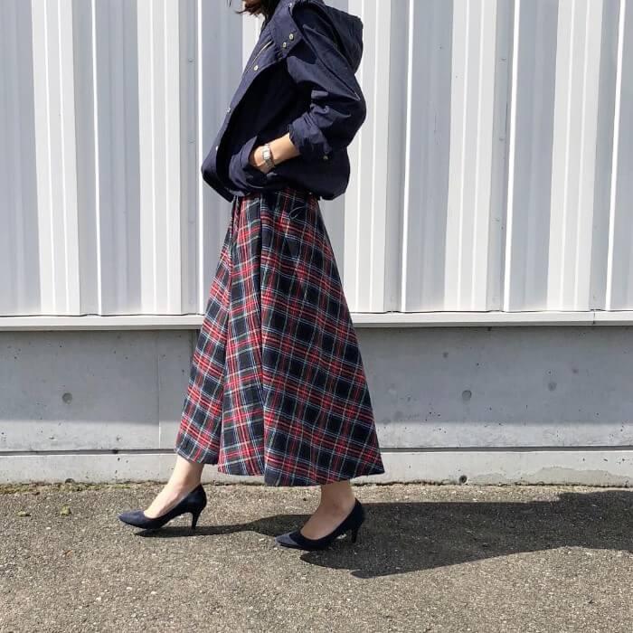 マウンテンパーカー×チェック柄ロングスカートのコーデ画像
