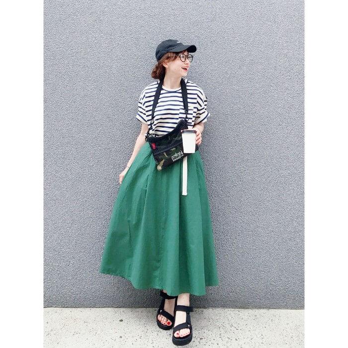 ボーダーTシャツ×グリーンロングフレアスカートのコーデ画像
