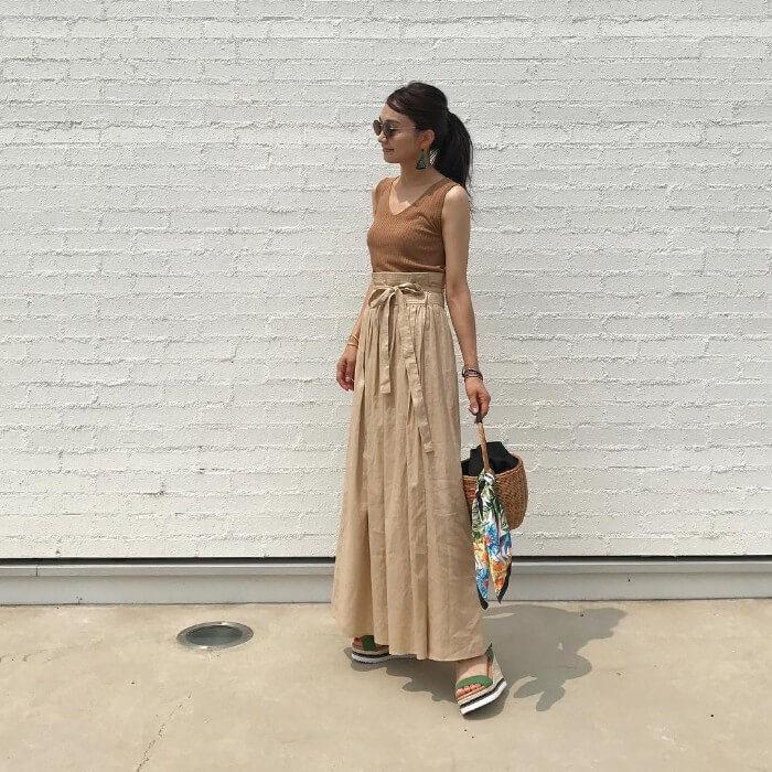 ブラウンタンクトップ×ベージュロングスカートのコーデ画像